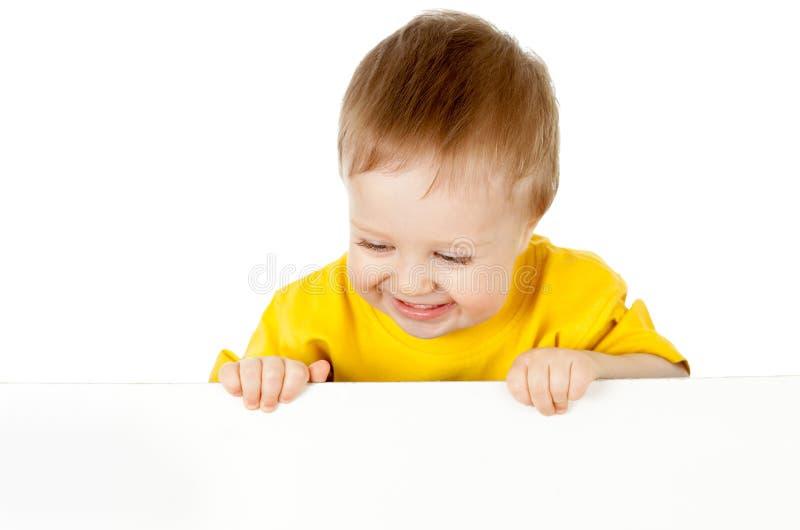 Criança adorável com a bandeira de anúncio em branco fotografia de stock