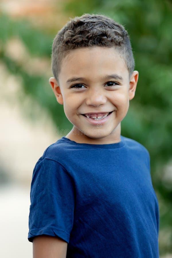 Criança adorável do latino no jardim foto de stock royalty free
