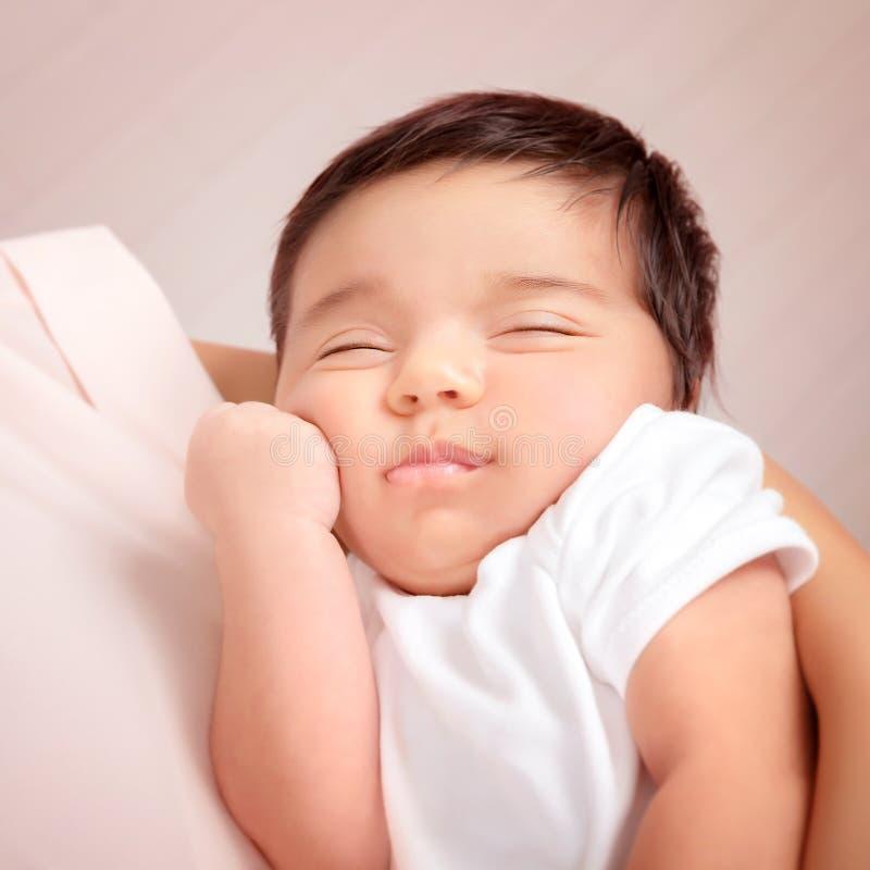 Criança adorável nas mãos das mães fotografia de stock