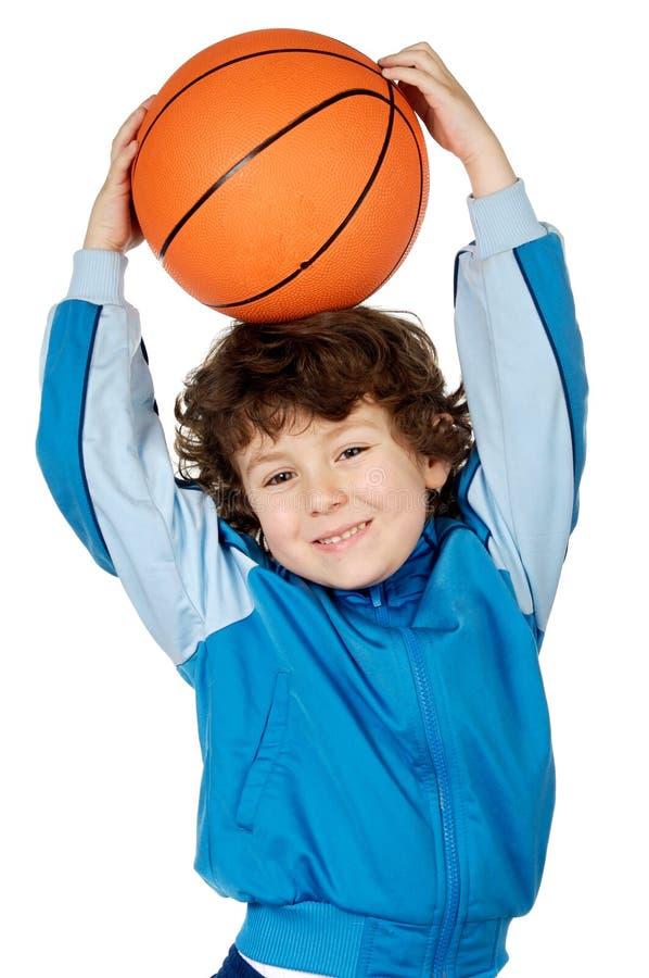 Criança adorável que joga o basquetebol imagem de stock