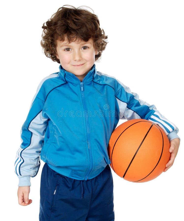 Criança adorável que joga o basquetebol imagens de stock royalty free