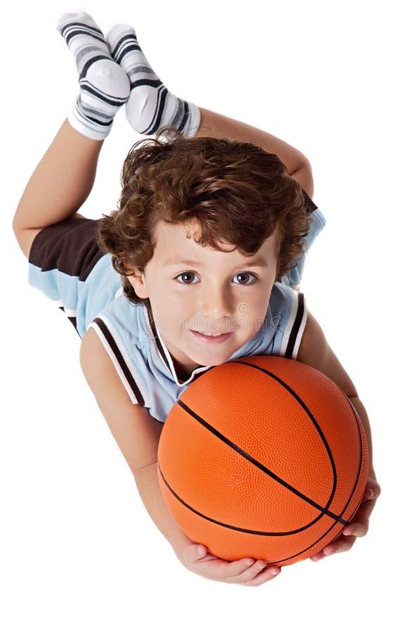 Criança adorável que joga o basquetebol fotografia de stock