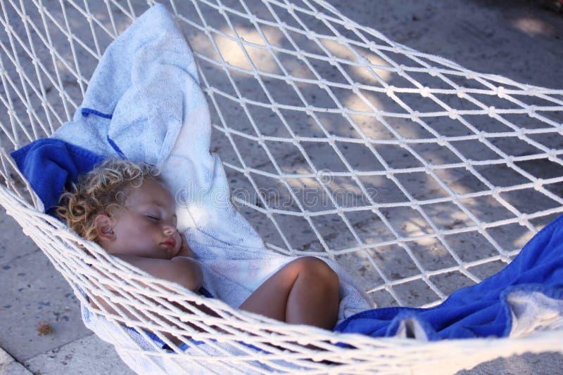 Criança adormecida no hammock imagens de stock