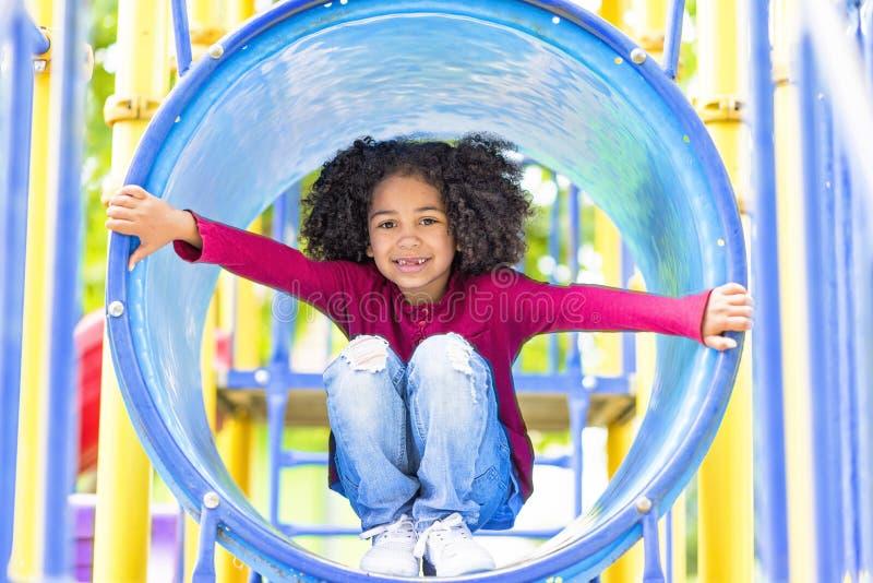 Criança afro-americano feliz que joga em um parque fotografia de stock