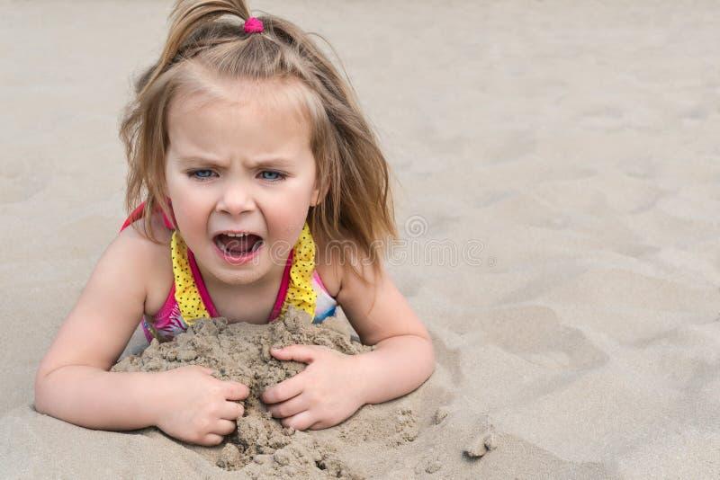 A criança ajunta a areia na praia imagem de stock royalty free
