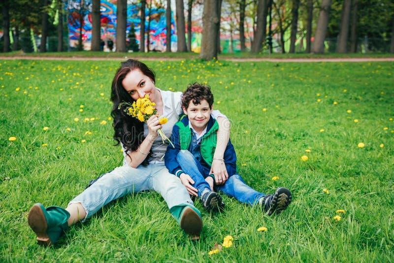 Criança alegre bonito com jogo da mãe fora no parque Dia de Morthers fotos de stock royalty free