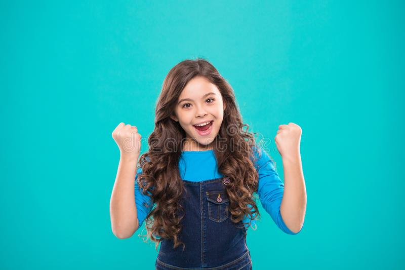A criança alegre comemora a vitória Sorriso feliz longo do cabelo encaracolado da criança bonito da menina Psicologia e desenvolv imagem de stock royalty free