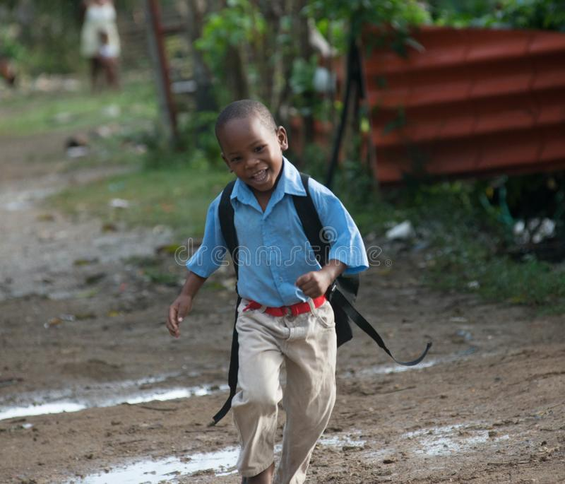 Criança alegre na comunidade dos bateyes do Los imagens de stock