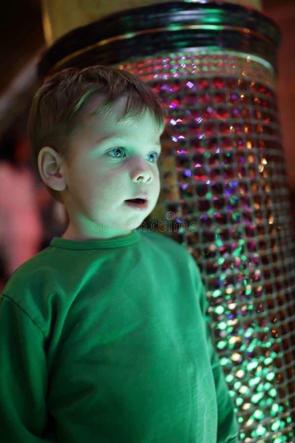 Criança ao lado da coluna imagens de stock royalty free