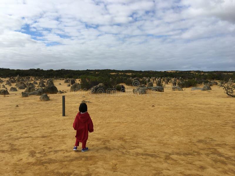 Criança apenas no deserto fotos de stock royalty free
