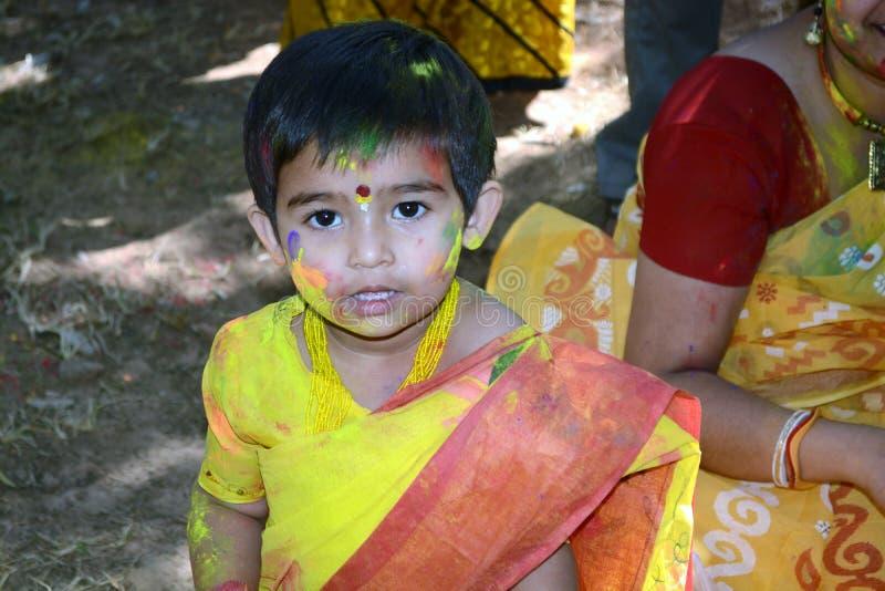 A criança apreciou Holi com sua mãe, fotos de stock