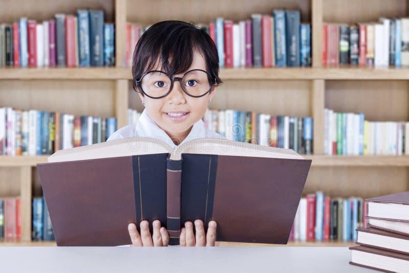 A criança aprende e lê livros da ciência imagem de stock royalty free