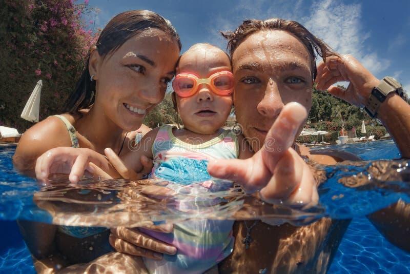 A criança aprende nadar imagens de stock royalty free