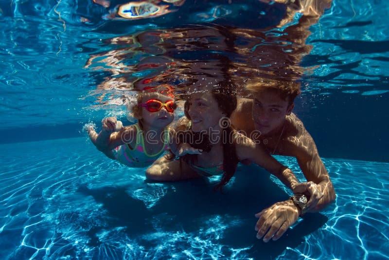 A criança aprende nadar fotos de stock