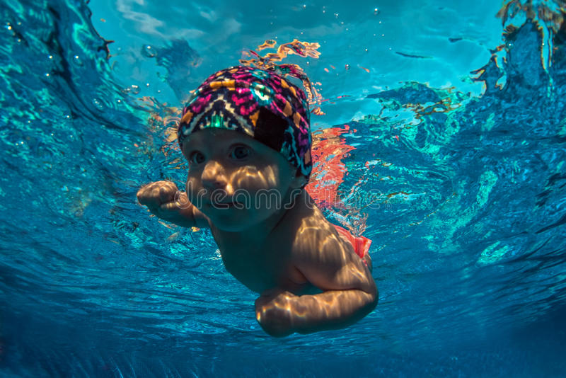 A criança aprende nadar imagens de stock