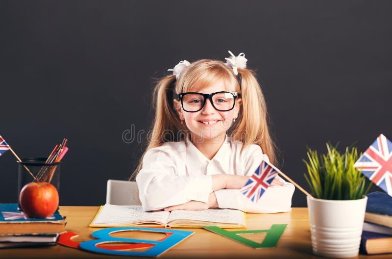 A criança aprende o inglês imagens de stock royalty free