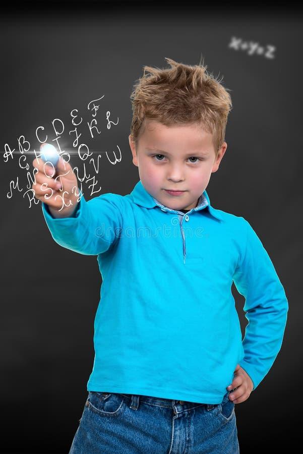 Criança aproximadamente para tirar algo com giz fotos de stock