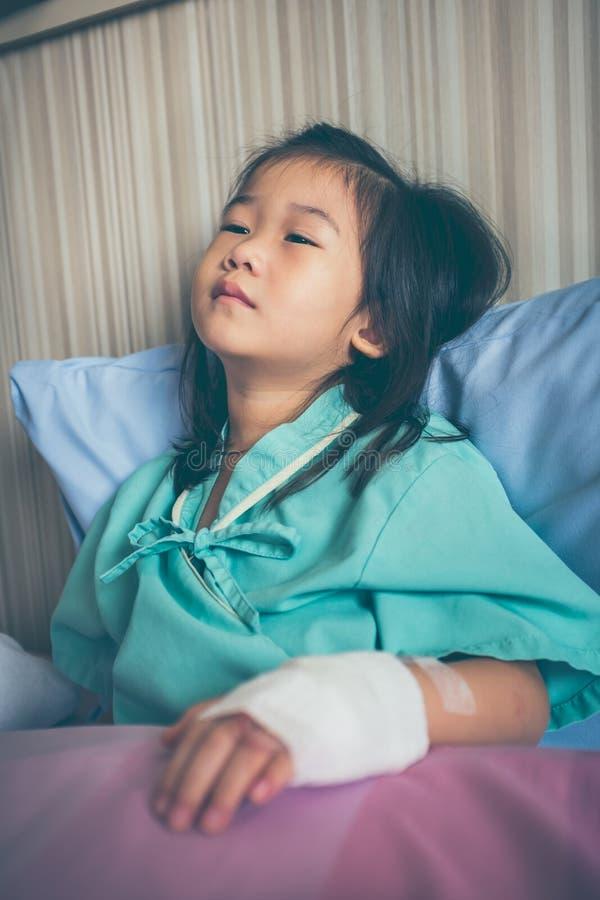 Criança asiática da doença admitida no hospital com intravenous salino imagens de stock