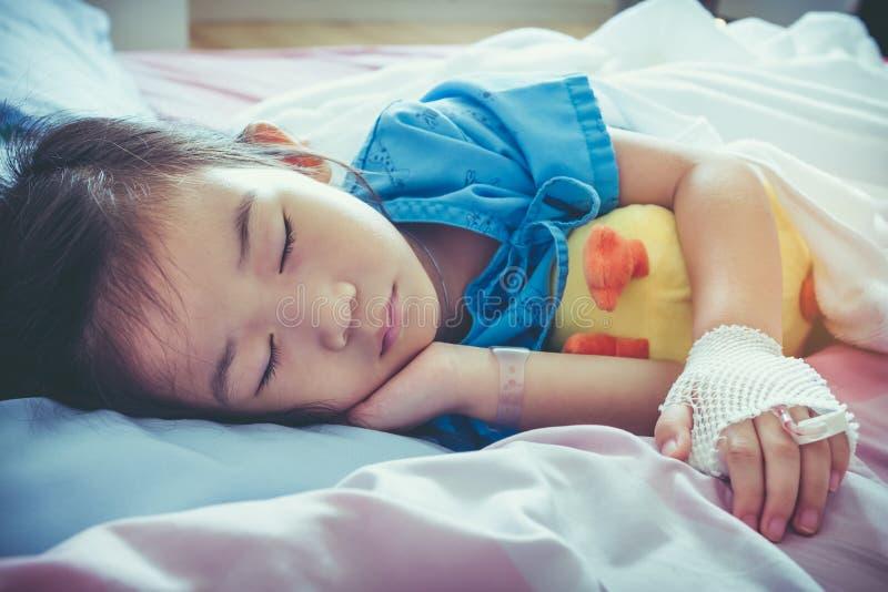 Criança asiática da doença admitida no hospital com intravenous salino fotografia de stock