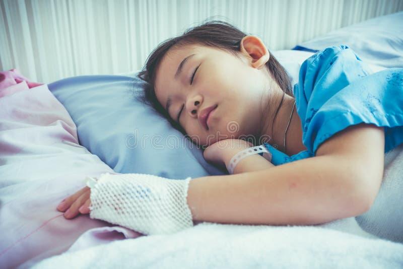 Criança asiática da doença admitida no hospital com intravenous salino fotografia de stock royalty free