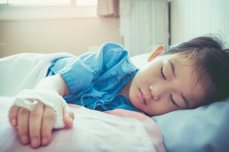 Criança asiática da doença admitida no hospital com intravenous salino foto de stock