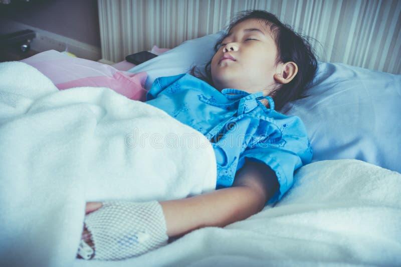Criança asiática da doença admitida no hospital com intravenous salino imagem de stock royalty free