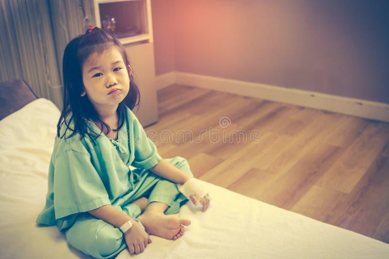 Criança asiática da doença com intravenous salino disponível Vintage a imagem de stock royalty free