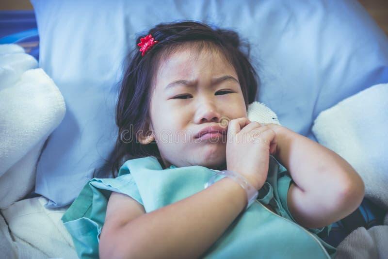 Criança asiática da doença com intravenous salino disponível Vintage a fotografia de stock