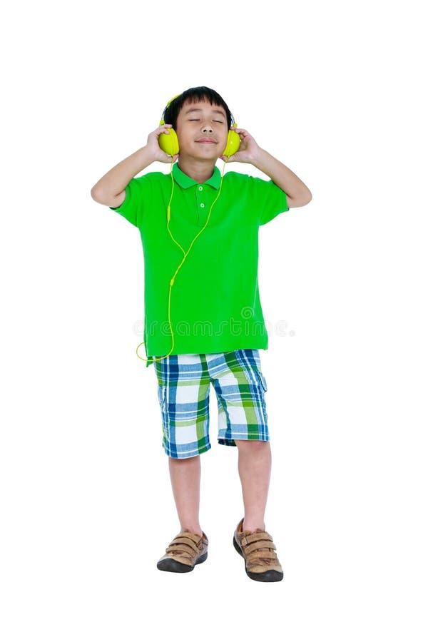 Criança asiática feliz com os fones de ouvido, isolados no fundo branco fotos de stock