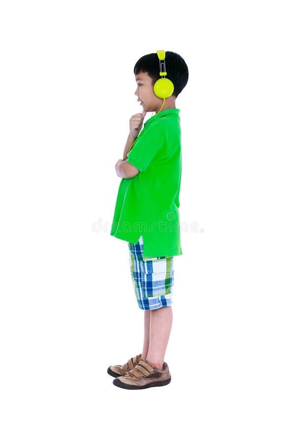 Criança asiática feliz com os fones de ouvido, isolados no fundo branco fotos de stock royalty free