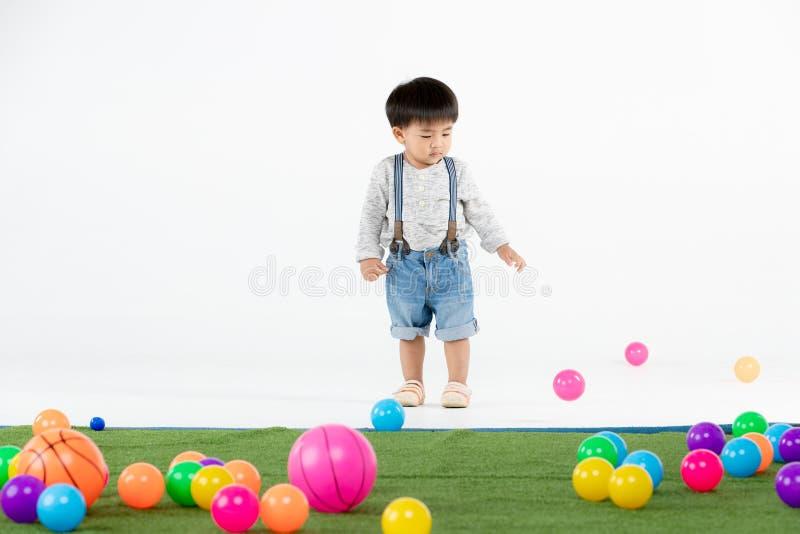Criança asiática na sala de jogos foto de stock