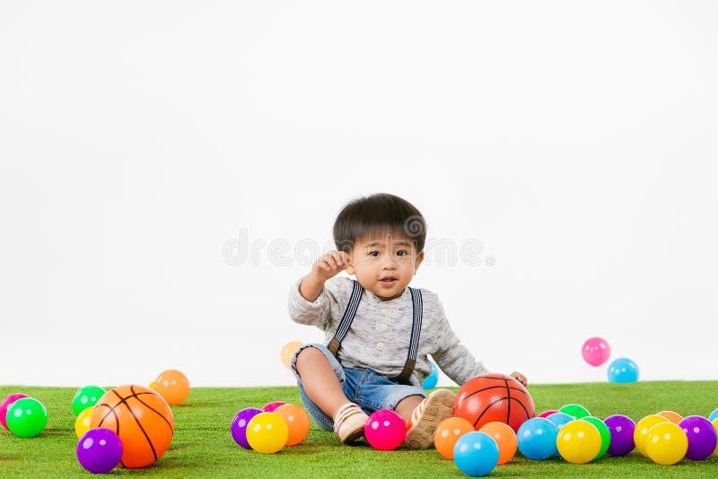 Criança asiática na sala de jogos imagem de stock