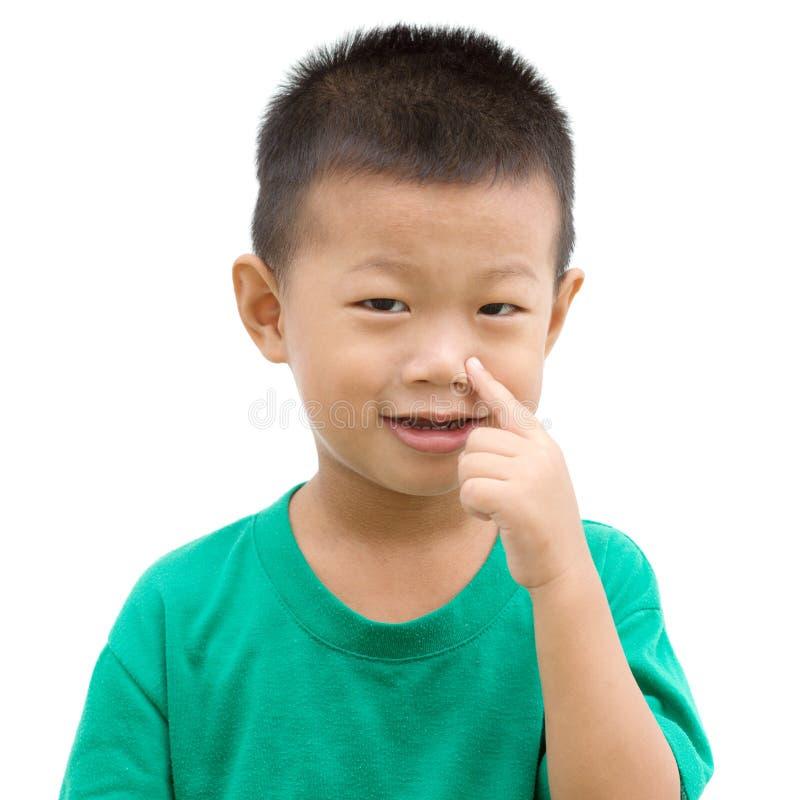 Criança asiática que aponta o nariz imagens de stock