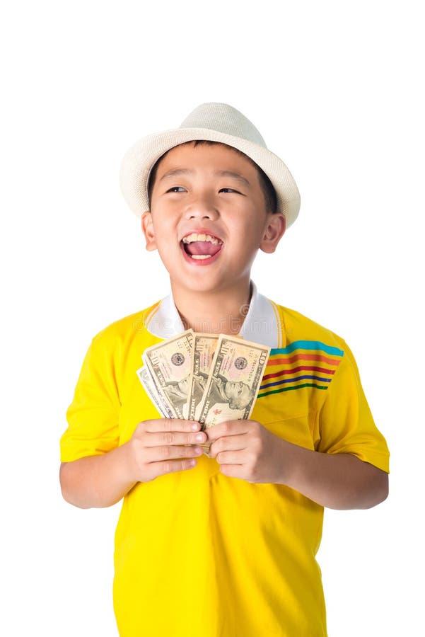 Criança asiática que guarda o dinheiro ao estar isolado no backg branco imagem de stock