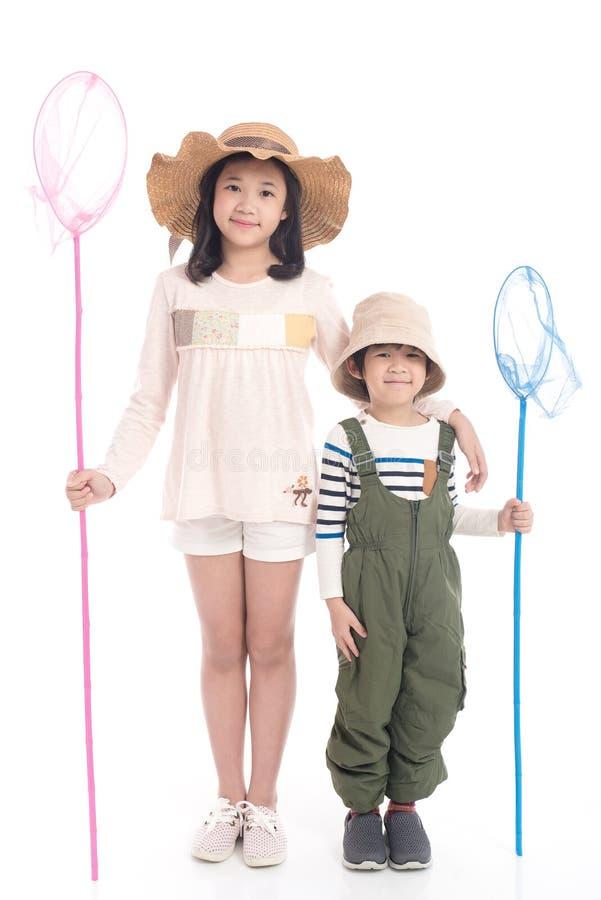 Criança asiática que guarda a rede de travamento imagem de stock