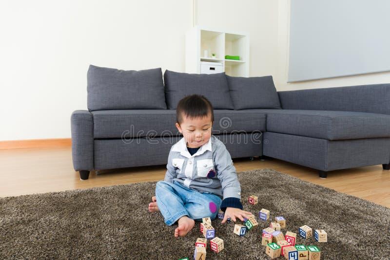 Criança asiática que joga o bloco do brinquedo fotos de stock