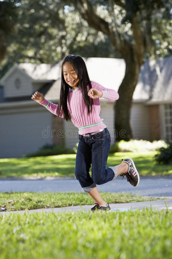 Criança asiática que joga o hopscotch fotografia de stock royalty free