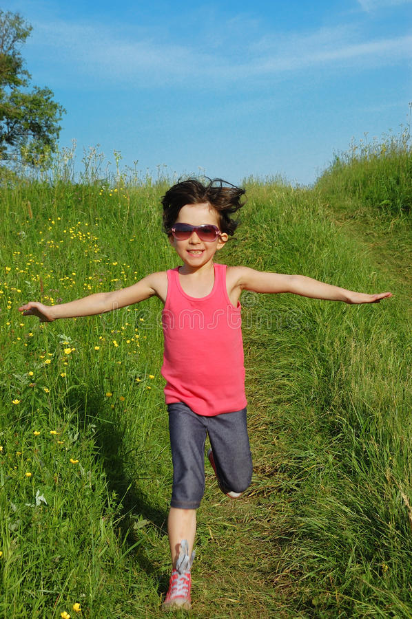 Criança ativa feliz que tem o divertimento ao ar livre fotos de stock royalty free