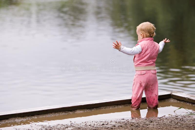 Criança ativa na poça fotos de stock royalty free