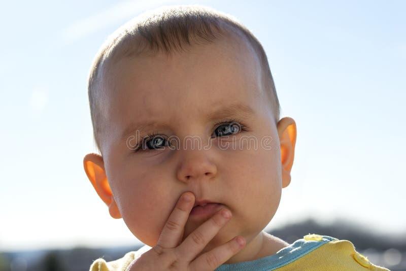 Criança ativa notável pequena, emoções das mostras na perspectiva do azul imagens de stock