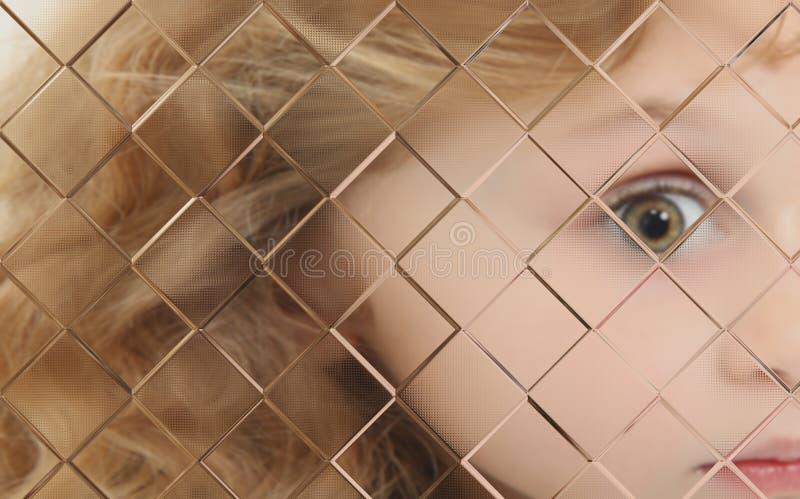 Criança autística borrada atrás da placa de vidro fotos de stock royalty free