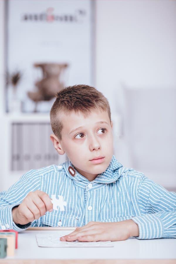 Criança autística durante classes fotos de stock