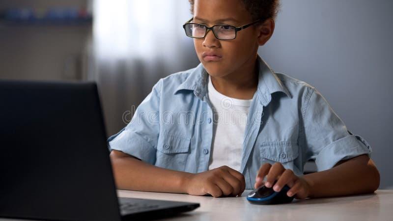 Criança avançada que senta-se no computador, lições para crianças, educação da instrução da TI fotos de stock royalty free