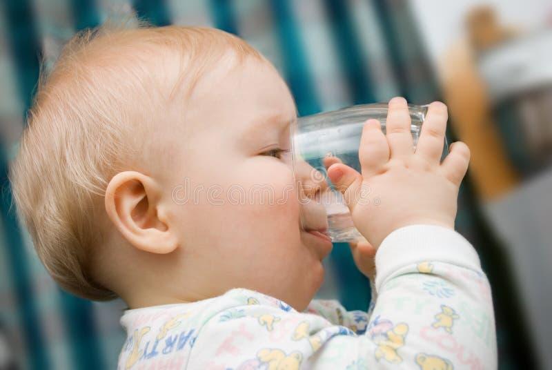 A criança bebe a água imagens de stock royalty free