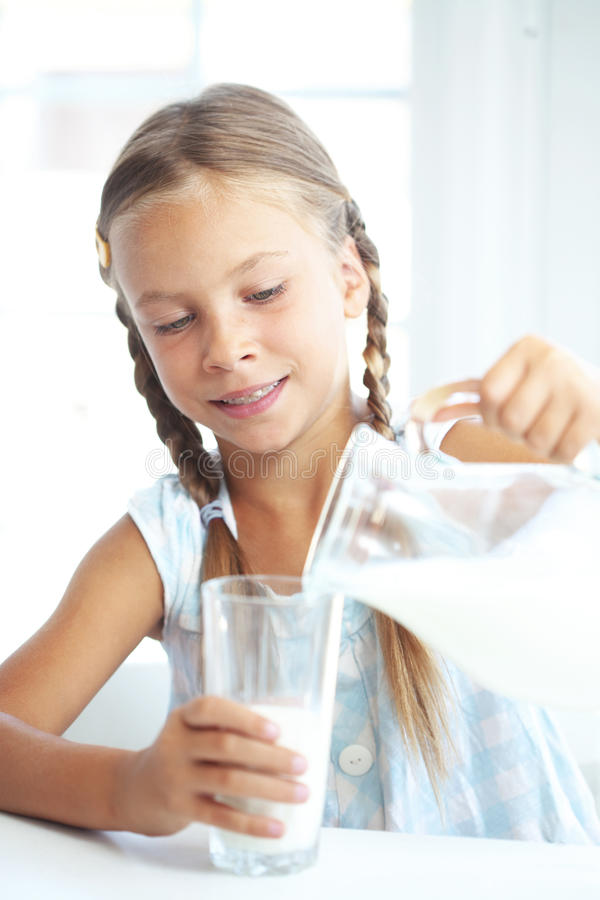 A criança bebe o leite foto de stock royalty free