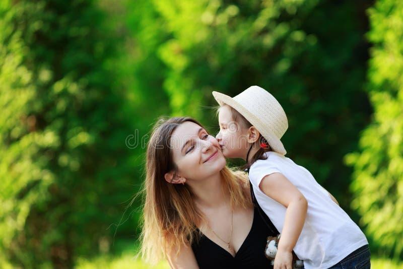 A criança beija sua matriz fotos de stock