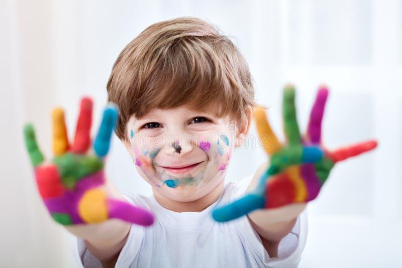Criança bonita de sorriso que joga com cores fotos de stock