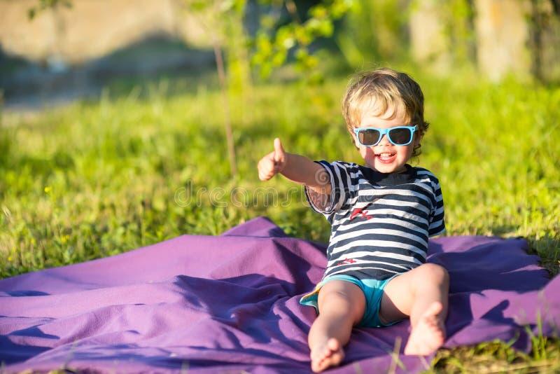 Criança bonita do bebê na classe do gesto dos óculos de sol fotografia de stock