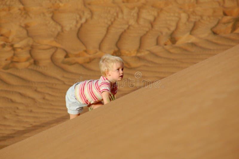 Duna de areia de escalada da criança foto de stock