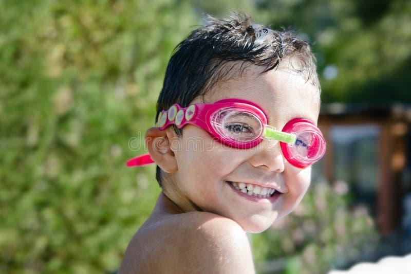 Criança bonito com óculos de proteção que ri na associação imagem de stock royalty free